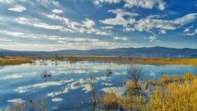 reflexión de nubes en el humedal del lago Doriani en un invierno Imagenes de archivo