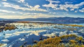 reflexión de nubes en el humedal del lago Doriani en un invierno Imagen de archivo