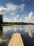 Reflexión de nubes en el lago con el paseo marítimo Imagen de archivo libre de regalías