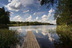 Reflexión de nubes en el lago con el paseo marítimo Imágenes de archivo libres de regalías