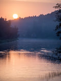 Reflexión de nubes en el lago con el paseo marítimo Foto de archivo libre de regalías