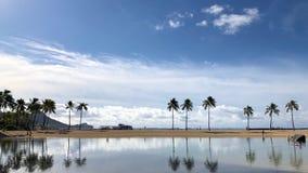 Reflexión de nubes y de árboles en Oahu, Hawaii foto de archivo
