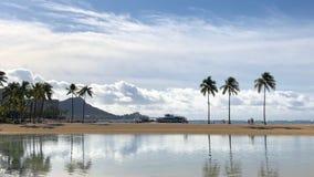 Reflexión de nubes y de árboles en Oahu, Hawaii imagenes de archivo