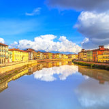 Reflexión de Pisa, río de Arno y de los edificios Opinión de Lungarno toscano Fotografía de archivo libre de regalías