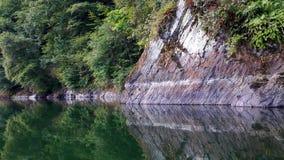 Reflexión de rocas en un lago fotografía de archivo