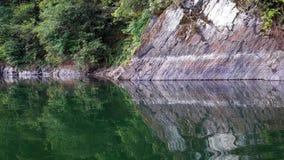 Reflexión de rocas en un lago fotos de archivo