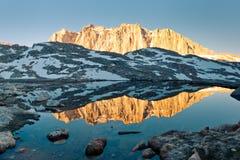 Reflexión de Sierra Nevada Alpenglow fotografía de archivo