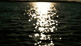 Reflexión de Sun en las ondas de agua desenfocado almacen de video