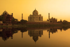 Reflexión de Taj Mahal en el río del yamuna. Imagen de archivo libre de regalías