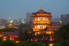 Reflexión de Tang Paradise Center en la noche, Xi'an, China foto de archivo