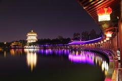 Reflexión de Tang Paradise Center en la noche, Xi'an, China fotografía de archivo