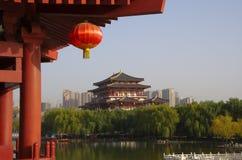 Reflexión de Tang Paradise Center en la noche, XI `, China imagenes de archivo