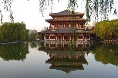 Reflexión de Tang Paradise Center en la noche, XI `, China foto de archivo