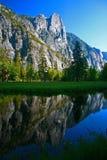 Reflexión de tres hermanos en Merced, valle de Yosemite Imagenes de archivo