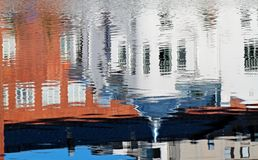 Reflexión de un art déco que construye en superficie del agua Fotografía de archivo libre de regalías