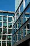 Reflexión de un bloque de oficina de Londres foto de archivo libre de regalías