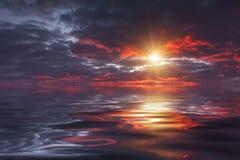 Reflexión de un cielo hermoso de la puesta del sol en el agua Foto de archivo