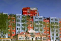 Reflexión de un edificio por la orilla. Fotografía de archivo libre de regalías