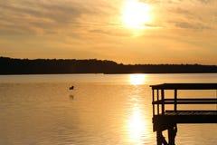 Reflexión de un embarcadero de la pesca en sol en la oscuridad Fotografía de archivo libre de regalías