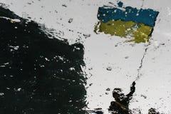 Reflexión de un hombre con la bandera ucraniana imagen de archivo