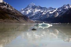 Reflexión de un pico de montaña Fotografía de archivo libre de regalías