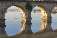 Reflexión de un puente ferroviario que cruza una laguna en la costa sur de KZN de Suráfrica Fotografía de archivo