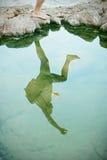 Reflexión de un puente sobre el acantilado en la playa Imagen de archivo libre de regalías