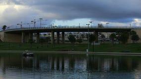 Reflexión de un puente y de nubes almacen de video