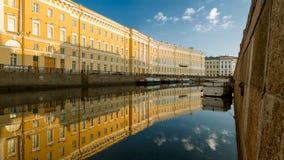 Reflexión de una casa vieja en el río Moika en St Petersburg Imágenes de archivo libres de regalías