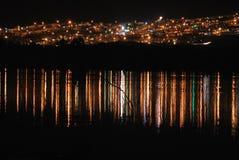 Reflexión de una ciudad en un lago Fotografía de archivo