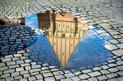 Reflexión de una iglesia en un charco Imágenes de archivo libres de regalías