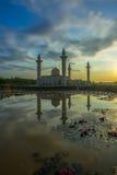 Reflexión de una mezquita por la mañana después de la salida del sol Fotografía de archivo libre de regalías