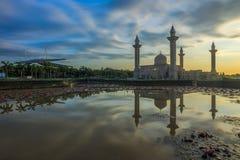 Reflexión de una mezquita por la mañana después de la salida del sol Imágenes de archivo libres de regalías