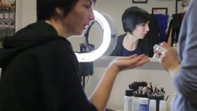 Reflexión de una muchacha que habla en el espejo almacen de metraje de vídeo