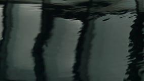 Reflexión de ventanas en piscina Agua ondulada oscura Cámara lenta metrajes