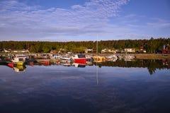 Reflexión de yates en la bahía en agua tranquila Foto de archivo libre de regalías