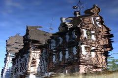 Reflexión del agua de la casa enmaderada en Colmar foto de archivo libre de regalías