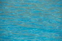 Reflexión del agua de la turquesa en una playa mediterránea crete Gree imagenes de archivo