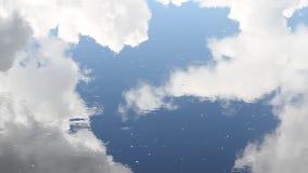 Reflexión del agua de las nubes y del cielo almacen de metraje de vídeo