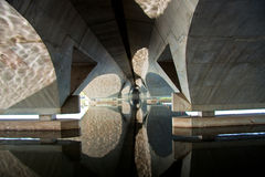 Reflexión del arco del puente foto de archivo