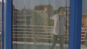 Reflexión del baile de la muchacha en vidrio almacen de metraje de vídeo
