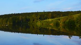 Reflexión del bosque en la superficie del agua Imagenes de archivo