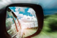 Reflexión del camino en el espejo del coche Imágenes de archivo libres de regalías