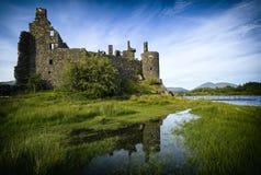 Reflexión del castillo en temor del lago, montañas, Escocia, Reino Unido de Kilchurn imagen de archivo