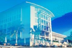 Reflexión del centro turístico de lujo en la piscina Imagen de archivo libre de regalías