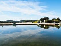 Reflexión del cielo azul en el agua en Versalles Fotos de archivo