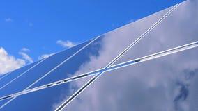Reflexión del cielo azul nublado en una superficie lisa de un módulo solar metrajes