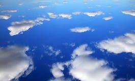 Reflexión del cielo azul y de las nubes blancas imagen de archivo libre de regalías