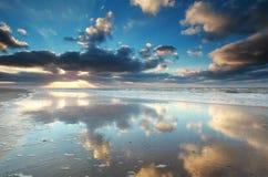 Reflexión del cielo en agua de Mar del Norte Foto de archivo libre de regalías