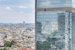 Reflexión del cielo en los edificios altos Fotos de archivo libres de regalías